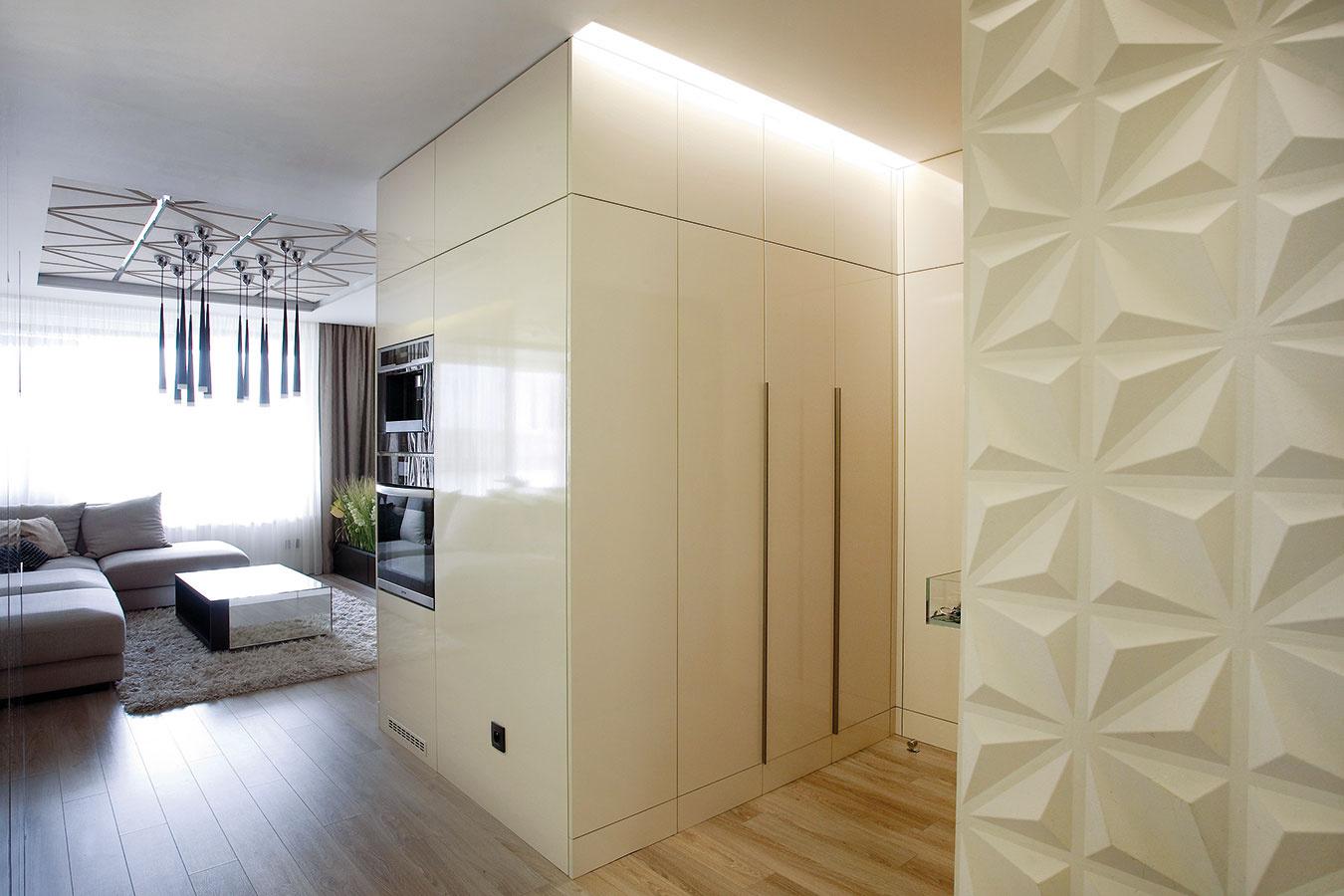 Predsieň je oddelená od obývacej izby len blokom nábytku, vďaka čomu návštevníci nevstúpia do stiesnenej atmavej miestnosti, ale sú plynulo pozývaní do dennej časti.