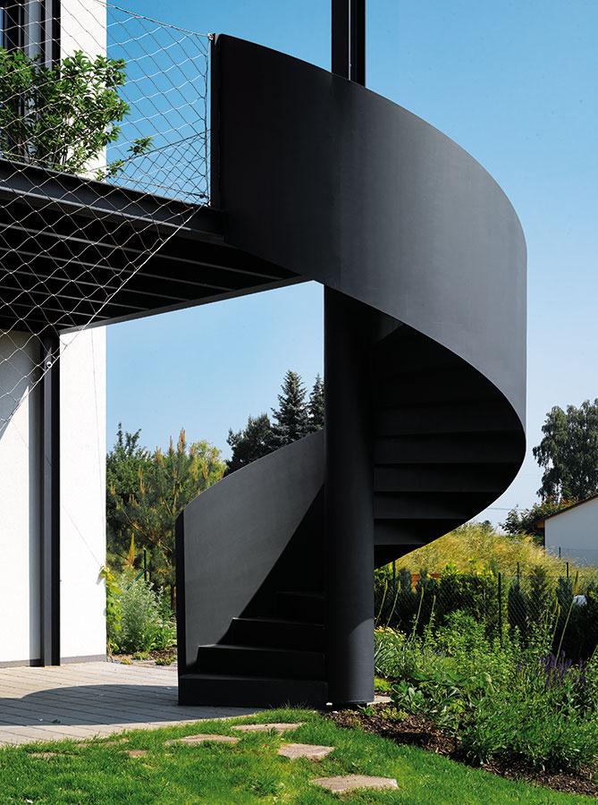 Do záhrady sa schádza po točitom schodisku, ktoré pôsobí ako moderné umelecké dielo.