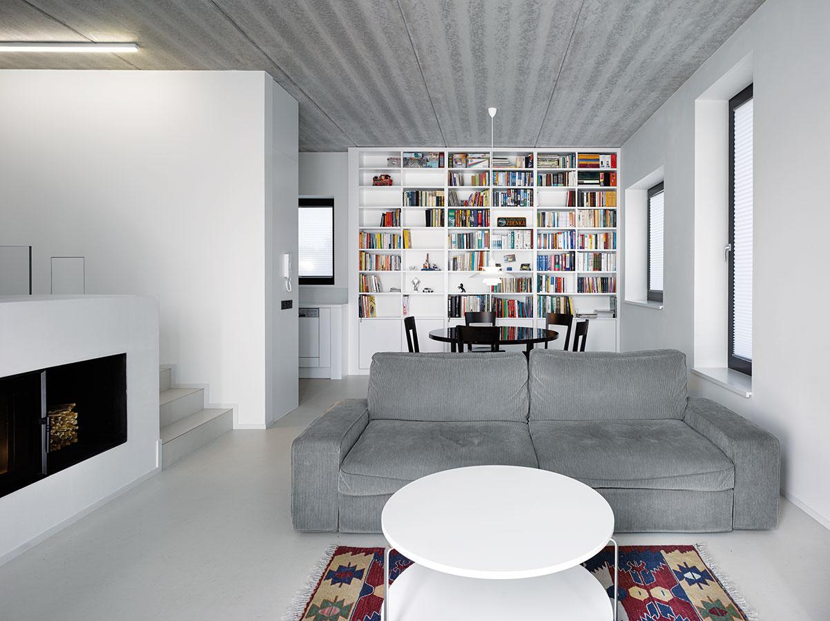 Umenie dva vjednom. Dennému priestoru dominuje veľká knižnica, ktorá svojou farebnosťou pôsobí ako veľkoformátový moderný obraz.