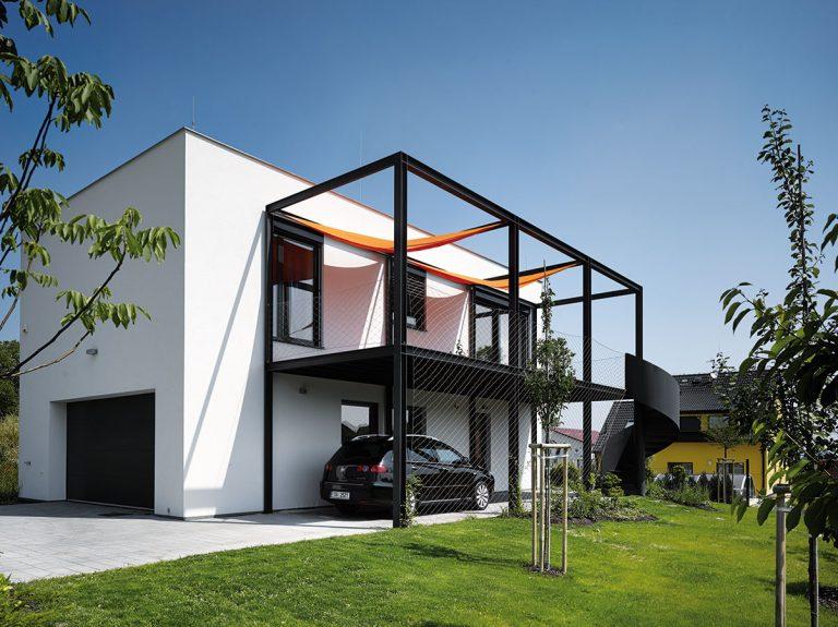 Dvojpodlažný rodinný dom sa musel na malom pozemku prispôsobiť majiteľovej vášni