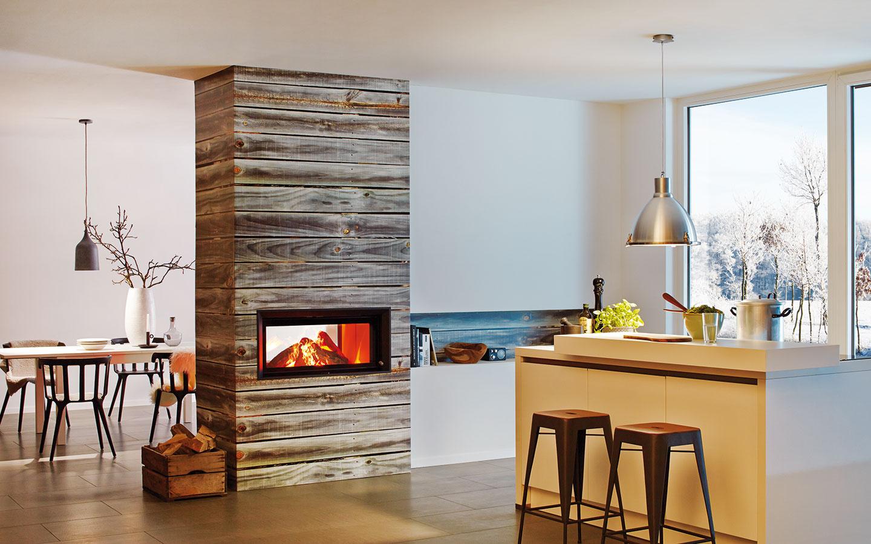 Účinnejšie a praktickejšie. V našich domovoch dnes častejšie než v otvorenom kozube horí drevo v kozubovej vložke. Dôvodom je výrazne vyššia účinnosť horenia a s ňou spojené nízke emisie. Zaujímavé možnosti na umiestnenie v priestore ponúka kozubová vložka s obojstranným zasklením. (kozub Brunner, predáva dm studio)