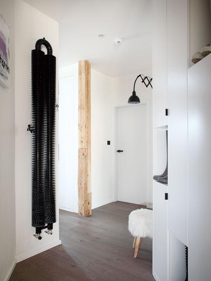 Farebné mimikry. Aby úzky akomplikovaný priestor chodby nepôsobil zapratane, povrch potrebných skríň navrhla architektka tak, aby nábytok splynul so stenami.