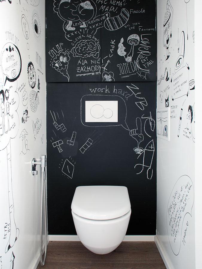 """Na steny WC akuchyne použili takzvanú """"chytrú maľbu"""", na ktorú možno písať akresliť aodkazy sa dajú jednoducho zmazať. """"Najlepšie funguje na záchode, kde je na rôzne odkazy najviac času,"""" smeje sa architektka."""