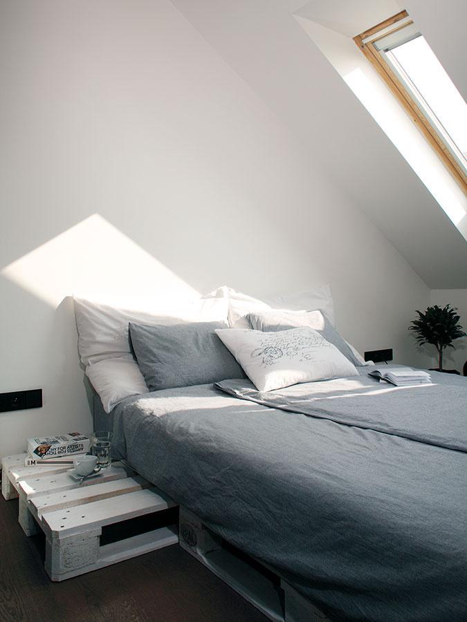 Spálňu rozdelili nábytkom na dve časti – samostatný šatník aromantické miesto na posteľ pod strešným oknom.