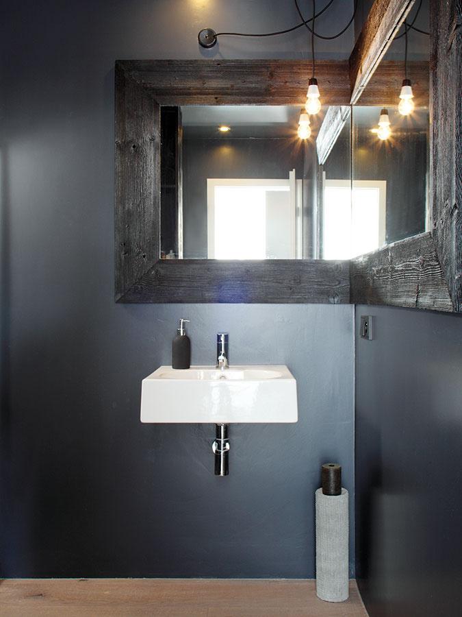 Vkúpeľni majú steny vodoodolný náter, obklad je len vsprchovacom kúte, ktorý je najviac namáhaný vodou.