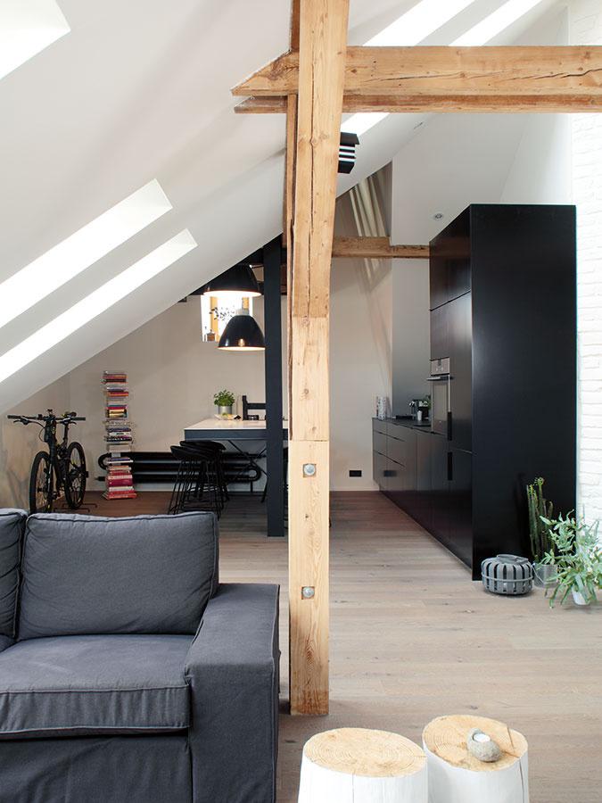 Zväčšovací trik. Hoci byt vskutočnosti nie je veľký, keď odstránili pôvodný sadrokartónový strop aotvorili priestor do výšky, odrazu akoby sa podstatne zväčšil.