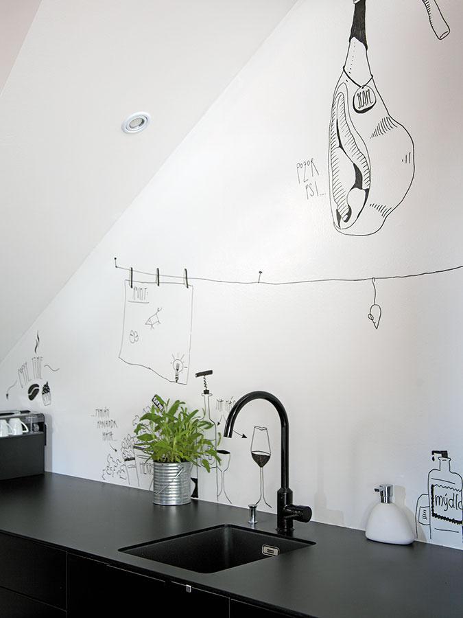 """Adresné umenie. Ovýzdobu kuchynskej zásteny sa postarala """"chytrá maľba"""", domáci pár aich priatelia."""