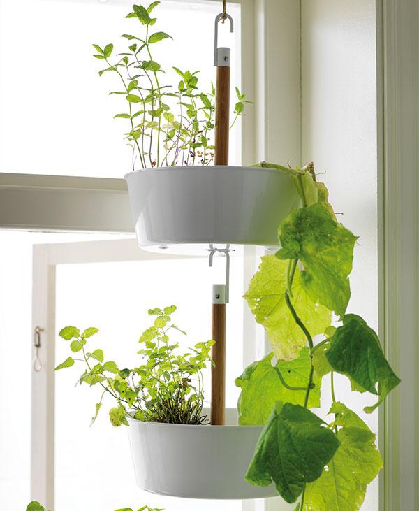 NA VYTVORENIE VISIACEJ ZÁHRADY jednoducho upevnite jeden kvetináč nad druhý pomocou háčika atyčky na spodnej časti kvetináča. Závesný kvetináč BITTERGURKA, 9,99 €, IKEA