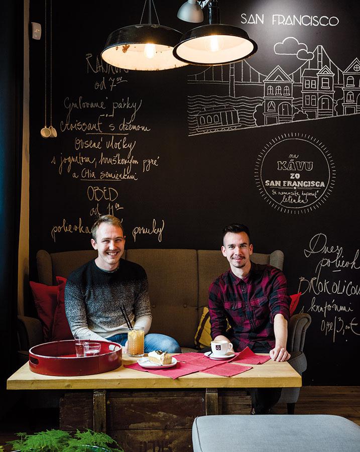 Jozefovi (vľavo) aZdenovi robí vlastná kaviareň veľkú radosť. Vnajbližších týždňoch majú majitelia vpláne otvorenie novej prevádzky vblízkosti bratislavskej Medickej záhrady. Pôjde onový koncept zameraný najmä na kávu so sebou.