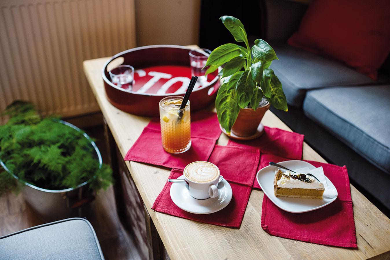Kaviareň ponúka okrem širokého sortimentu kávy, rôznych alko anealko nápojov araňajkového menu aj rôzne koláče avjesennom azimnom období obedovú polievku, ktorá je každý deň iná.