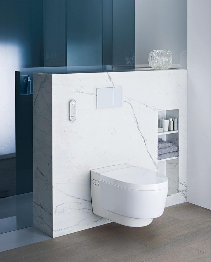 Prešpikovaná inováciami. Bezokrajová toaleta s integrovanou sprchou AquaClean Mera od značky Geberit prepája dômyselný systém splachovania s funkciou bidetu so systémom na dámsku hygienu, s inovatívnym sušením a tichým odsávaním zápachu. Toaletu dopĺňa jemné podsvietenie, automatické zdvíhanie poklopu a nahrievanie sedadla.