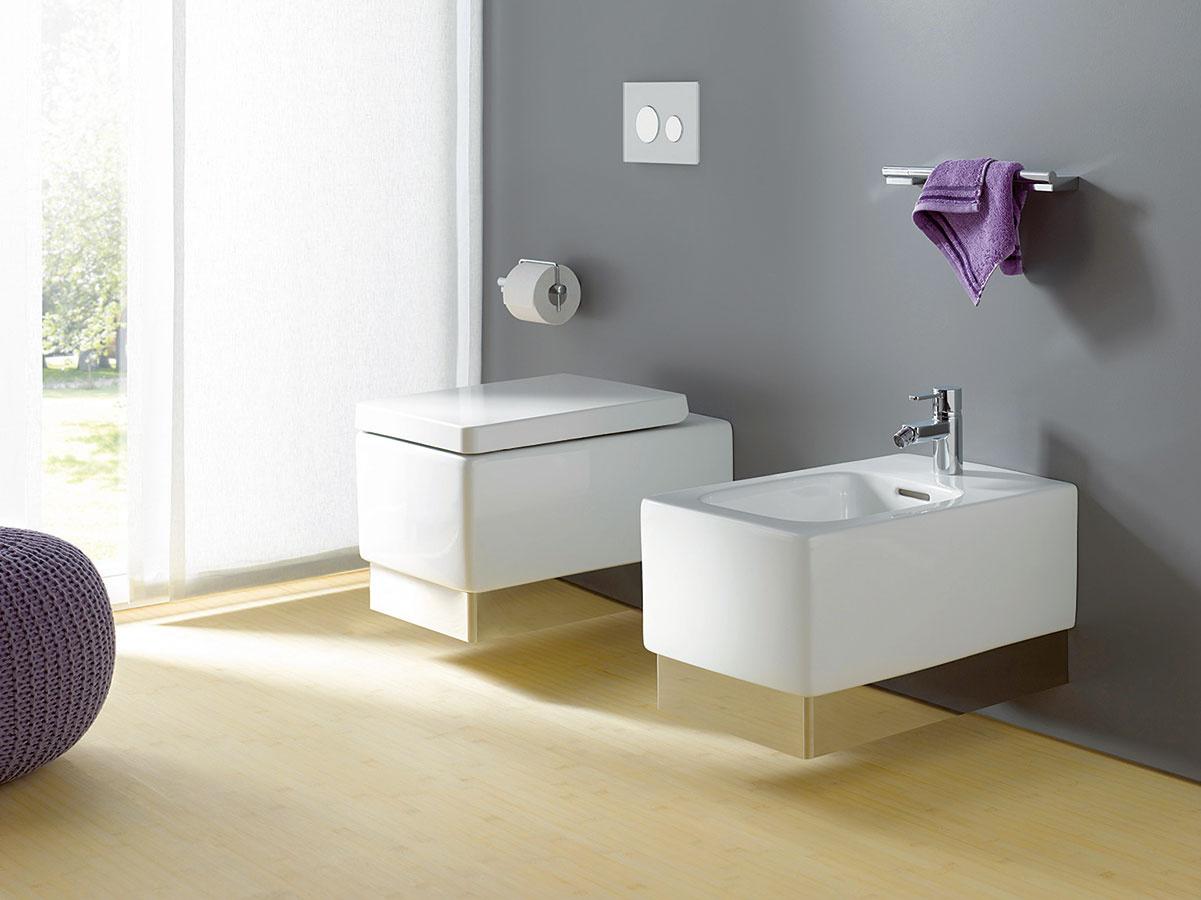 Hrany na výslní. Súčasťou kolekcie kúpeľňového nábytku a keramiky Kludi Plus od značky Kludi je aj samostatné WC a bidet. Záchodovú dosku a poklop možno jednoduchým stlačením tlačidla vybrať a priestor pod ňou precízne vyčistiť, resp. nahradiť. Poklop sa zatvára ľahkým potlačením, vďaka čomu jemne a nehlučne dosadne na keramiku.