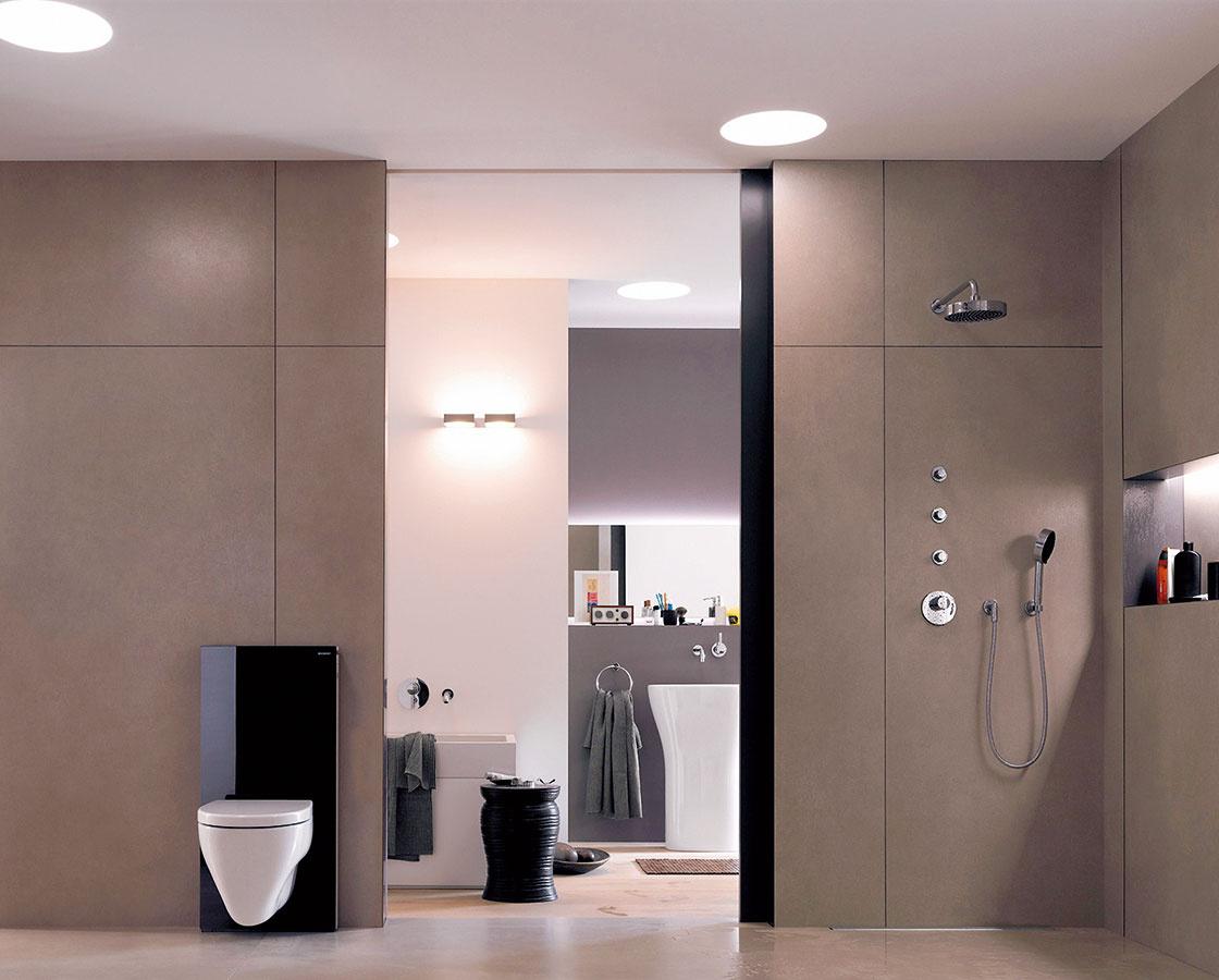 Sklenená duša. Modul Monolith od značky Geberit vypĺňa medzeru medzi nadomietkovými a podomietkovými splachovacími nádržkami. Elegantná základná časť, na ktorú sa upevňuje WC, je vyrobená zo skla a brúseného hliníka a obsahuje kompletnú sanitárnu techniku. Splachovanie sa ovláda jemným dotykom, nechýba odsávanie zápachu a LED osvetlenie. Sklo je dostupné v bielej, čiernej, hnedej a zelenej farbe.