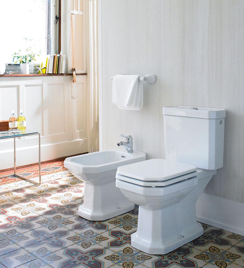 S nádychom starých čias. Základom kolekcie 1930 Series od značky Duravit je umývadlo, ktoré vychádza z legendárneho osembokého tvaru. Ten bol neskôr inšpiráciou aj pre ďalšie keramické výrobky – toalety, bidety, ale aj poličky. Toaleta aj bidety môžu byť zapustené do steny, prípadne voľne stojace, v ponuke nájdete aj riešenie s priznanou splachovacou nádržkou.