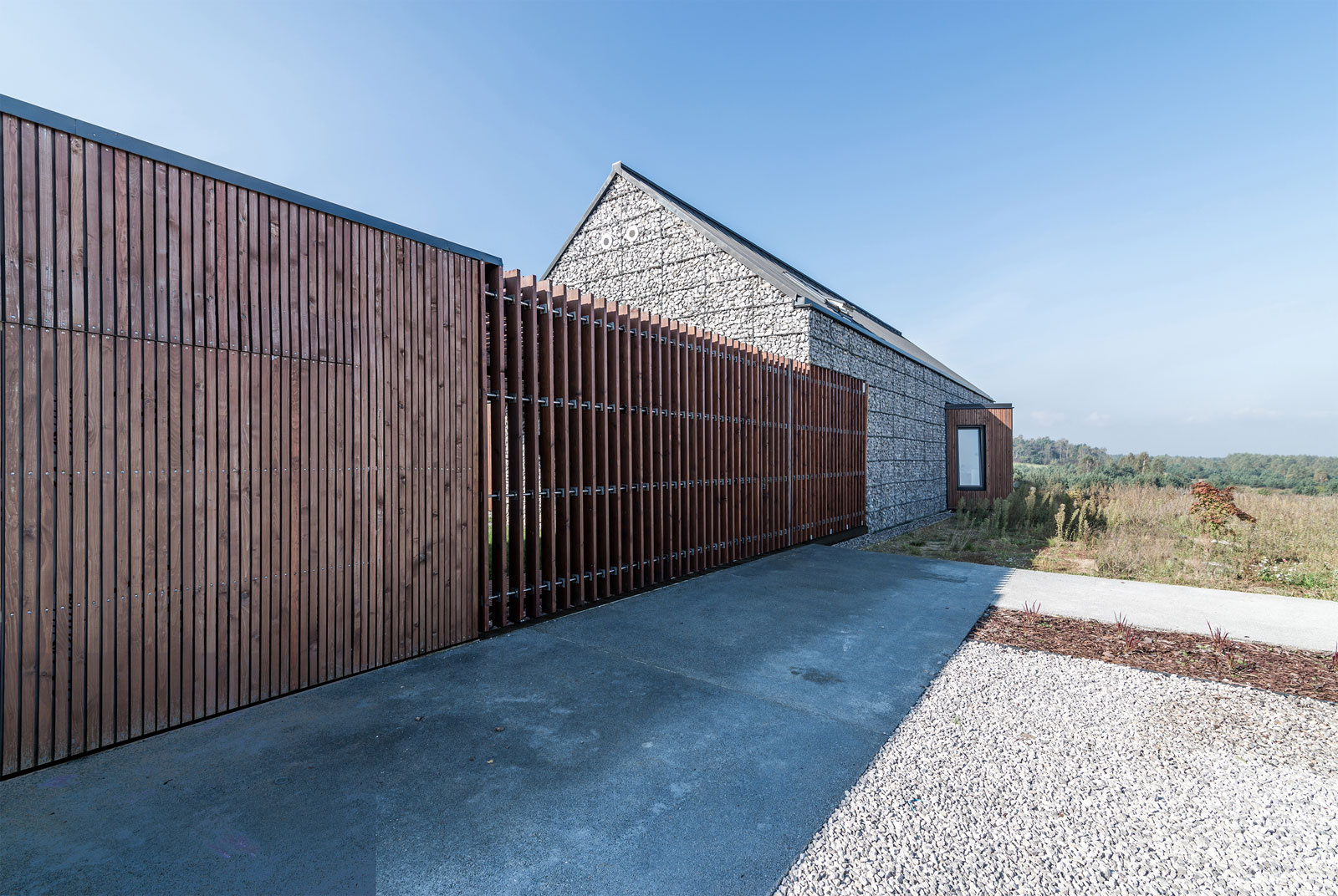 Nevídaný rodinný dom postavili ako pevnosť z gabiónov