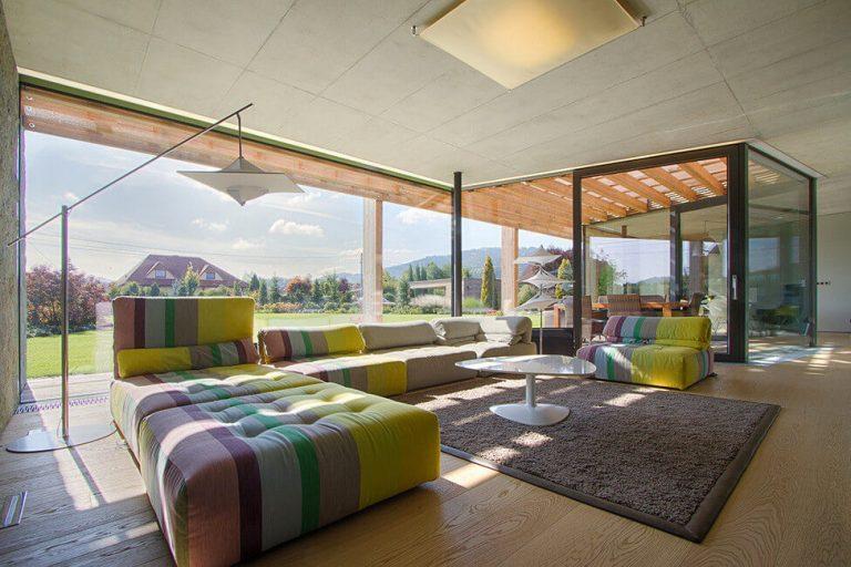 Jednopodlažný rodinný dom s výhľadom na Beskydy vyniká kombináciou dreva, kameňa a skla