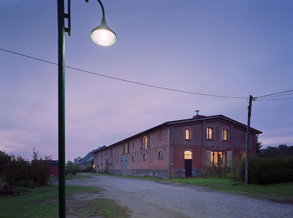 Z rozmernej stajne originálne riešený dom pre mladú rodinu