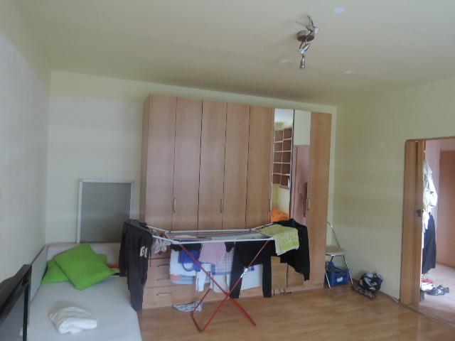 Ako rozdeliť jednu izbu na spálňu a obývaciu časť pre dvoch ľudí