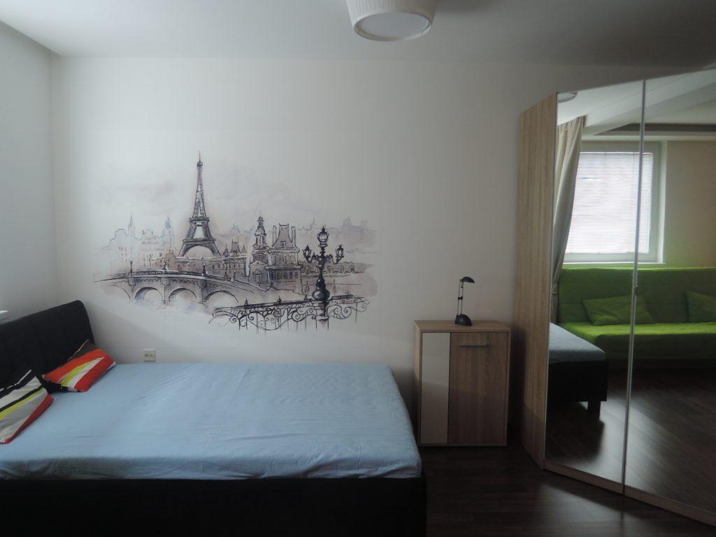 VÁŠ TIP: Ako rozdeliť jednu izbu na spálňu a obývaciu časť pre dvoch ľudí