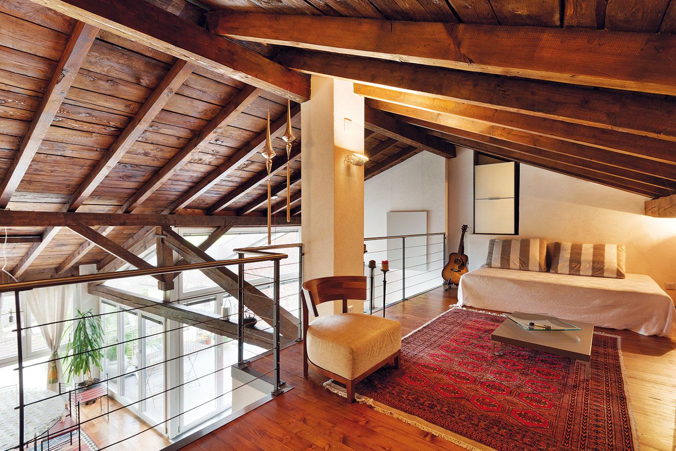 Priznaná drevená konštrukcia vmodernom interiéri