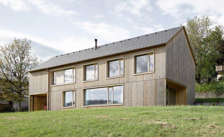 Minimalistický drevodom pre mladú rodinu na rakúskom vidieku