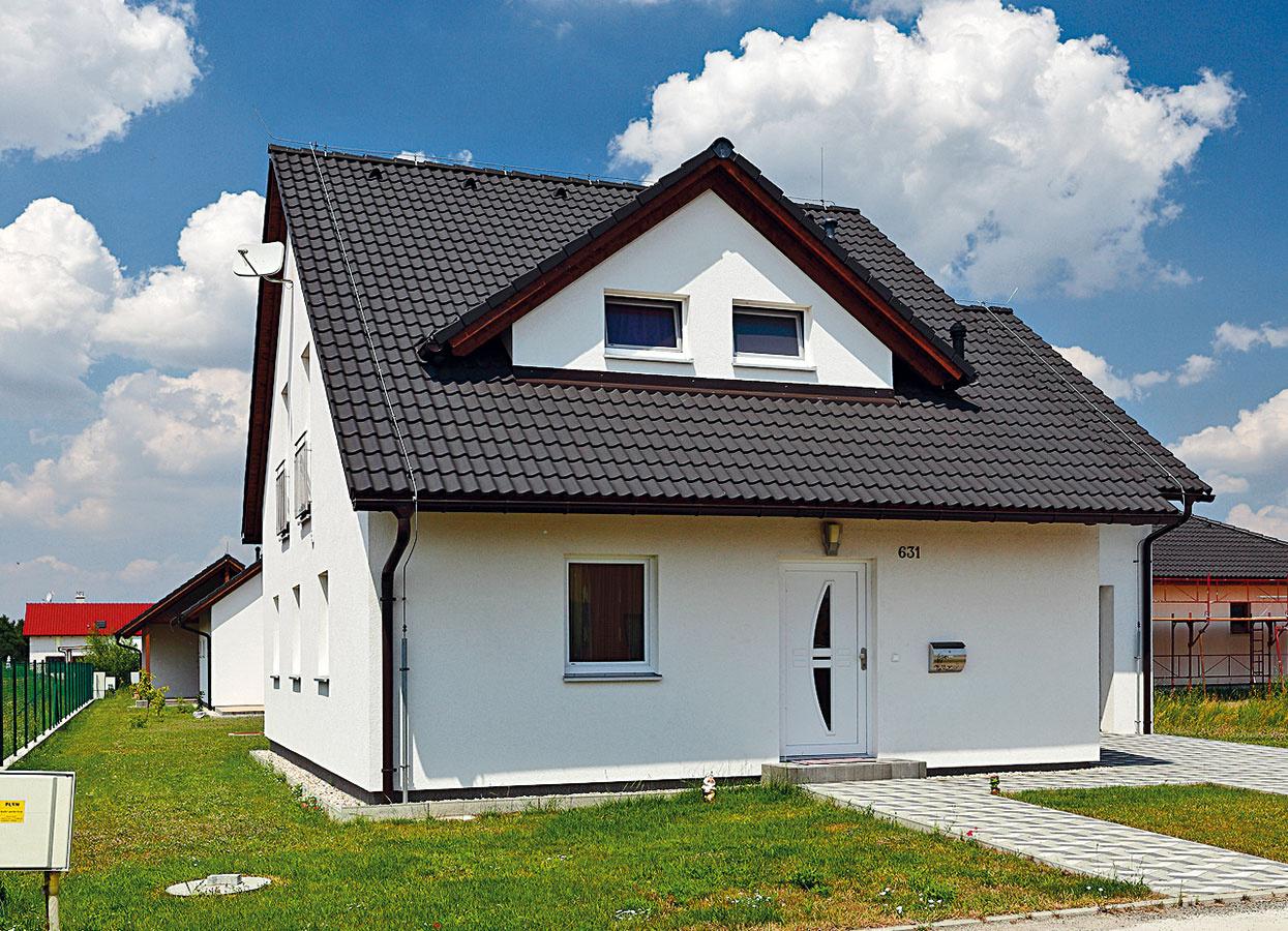 Tri domy pre tri generácie stoja vedľa seba astarší manželia sa tešia zblízkosti svojich detí avnúčat. Všetky domy sú postavené rovnakým systémom montovanej drevostavby od firmy Haas Fertigbau.