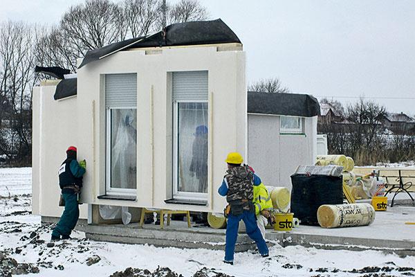 Prvý deň výstavby nie je problém začať ani vtreskúcich mrazoch. Na pripravenú základovú dosku sa montujú panely.