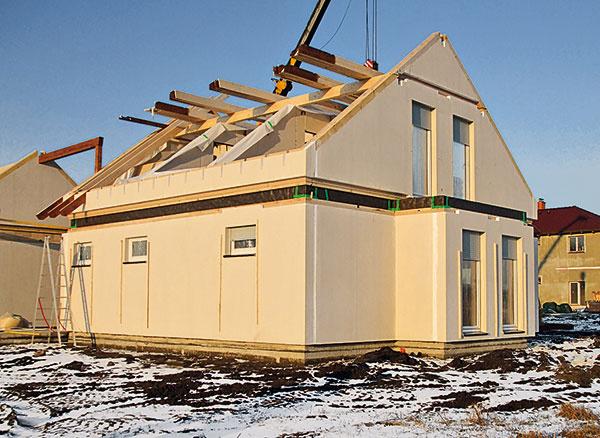 Druhý deň je postavené podlažie azačína sa výstavba krovu. Strecha bola kompletne hotová vpiaty deň výstavby.