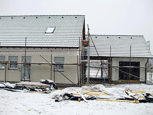 Po 14. dni je hrubá stavba ukončená, zakrytá kompletne dokončenou strechou aj so strešnými oknami, už sa realizujú vnútorné rozvody či inštalácie azároveň sa dokončuje fasáda.