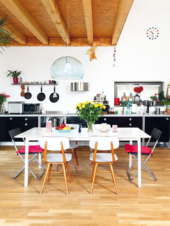 Jednoduchá kuchyňa je zIKEY. Majiteľ veľmi bojoval proti horným skrinkám, manželku napokon presvedčil, že vspodnej časti bude dostatok úložných priestorov – amal pravdu.