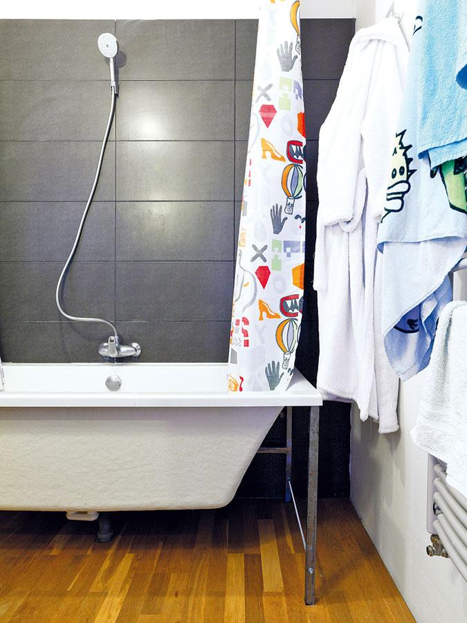 Kúpeľňa nie je veľká, no obyvateľom domu postačuje. Vaňu by mal vbudúcnosti nahradiť veľký sprchovací kút.