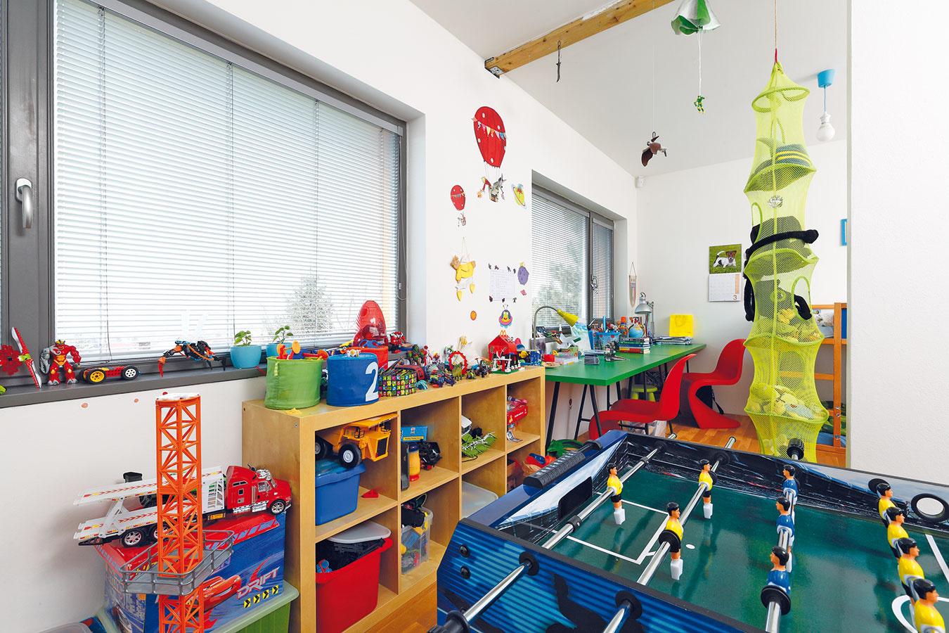 Detská izba je vdome zatiaľ len jedna, no má dva vchody. Keď chlapci vyrastú abudú chcieť vlastné súkromie, izby sa oddelia sendvičovou priečkou.
