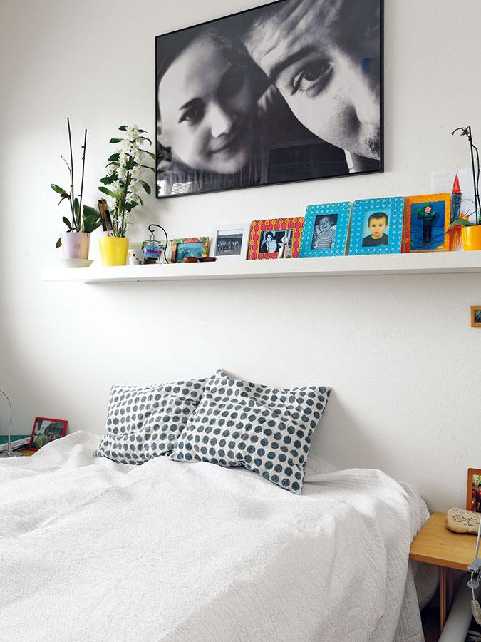 Spálňa rodičov slúži naozaj len na spanie, takže vnej nájdete iba posteľ, nočné stolíky askriňu. Nechýba množstvo fotografií, ktoré pripomínajú príjemné rodinné udalosti.