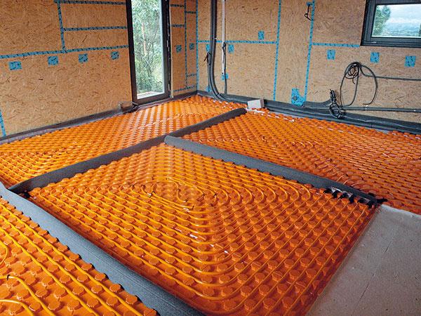 Vcelom dome je nainštalované teplovodné podlahové vykurovanie, ktoré vkúpeľni dopĺňa menší rebríkový radiátor. Vykurovanie je zabezpečené tak, že systém využíva obnoviteľný zdroj energie – získava teplo zvonkajšieho vzduchu.