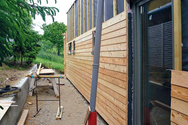 Obvodové konštrukcie sú z vonka obložené predsadeným dreveným obkladom. Prevetrávaná fasáda dopĺňa skladbu panelu. Vďaka pohybu vzduchu pred tepelnou izoláciou sa vlete neprehrieva a, naopak, vzime pôsobí ako prechodná zóna medzi teplom prestupujúcim zinteriréru do chladného exteriéru.