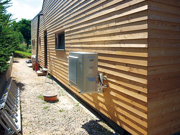 Na prípravu teplej vody slúži tepelné čerpadlo vzduch/voda od spoločnosti Daikin Altherma, ktoré vkombinácii so stavbou steny výrazne šetrí náklady. Samostatne stojaca vnútorná jednotka zaberá minimálny priestor anechýba veľký zásobník, ktorého tepelná strata je o50 % nižšia ako pri bežnom zásobníku.