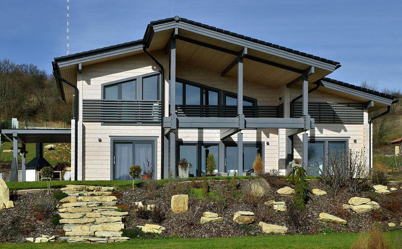 Okolie domu je citlivo upravené záhradným architektom.