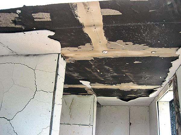 Interiér miestnosti, vktorej sa nachádzalo ohnisko požiaru. Významne bola poškodená len prvá vrstva dvojvrstvového obkladu zoštandardných požiarnych sadrovláknitých platní (zdroj:ForDom).