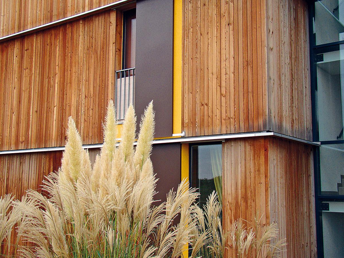 Prerušenie dreveného obkladu rímsou soplechovaním vytvára predel proti šíreniu plameňa. Ten rozdeľuje celú odvetranú vzduchovú medzeru kvôli komínovému efektu