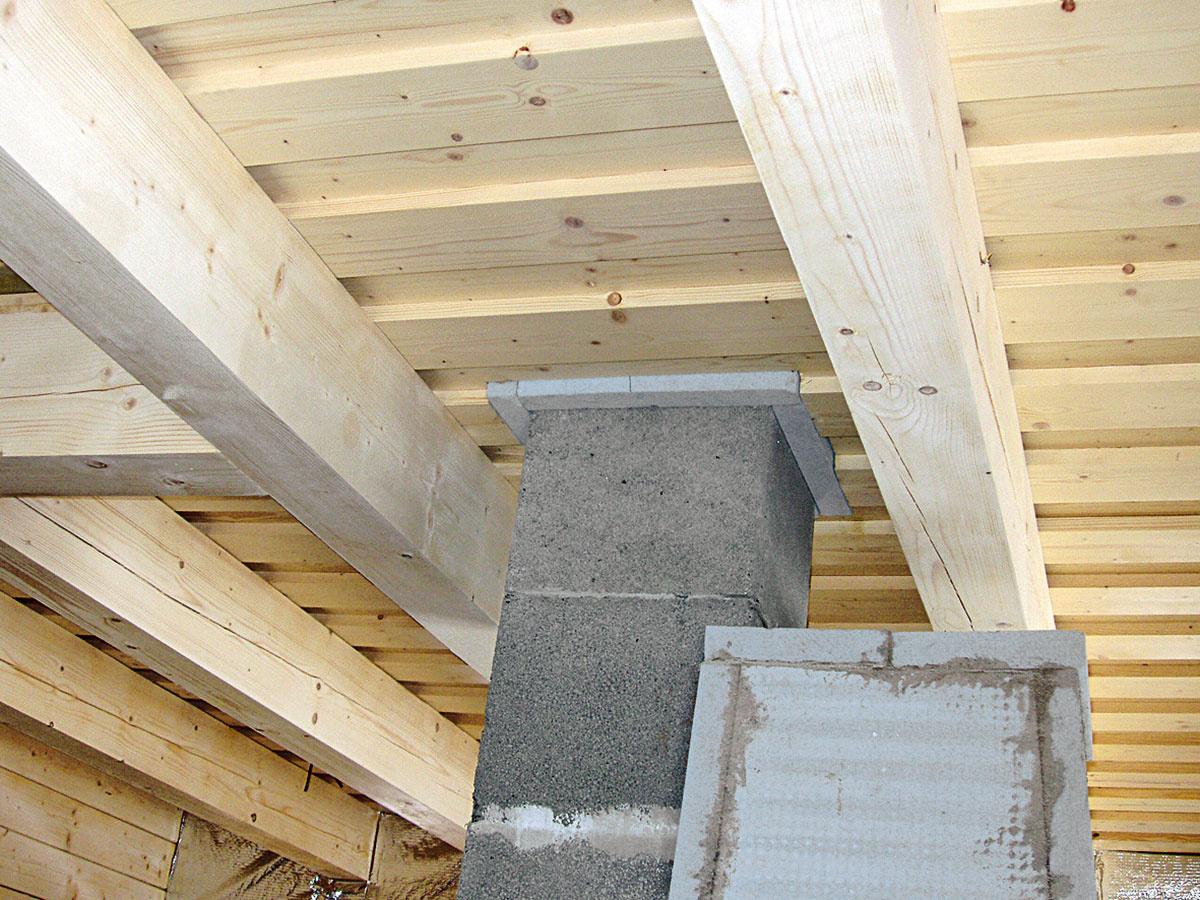 Požiarne odolný pás okolo komína bezpečne oddeľuje drevenú konštrukciu