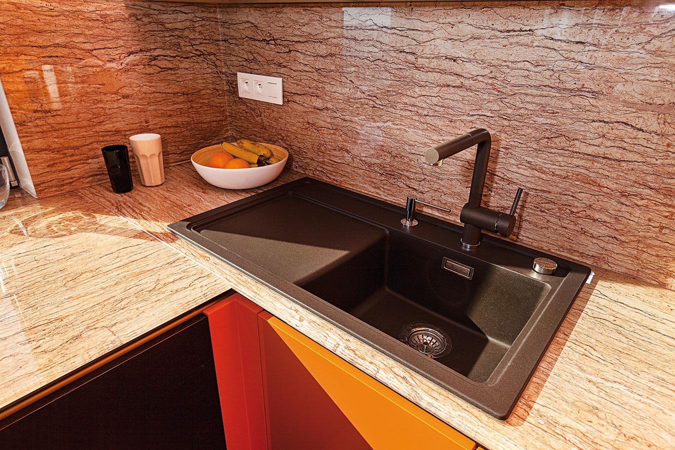 Silgranitový drez si majitelia vyberali tak, aby sa dobre vošiel do priestoru azároveň sním harmonizoval. Dopĺňa ho odkladacia plocha, nechýba zabudovaný dávkovač saponátu. Vskrinke pod drezom sa nachádza systém na triedenie odpadu, naľavo potom vstavaná umývačka riadu.