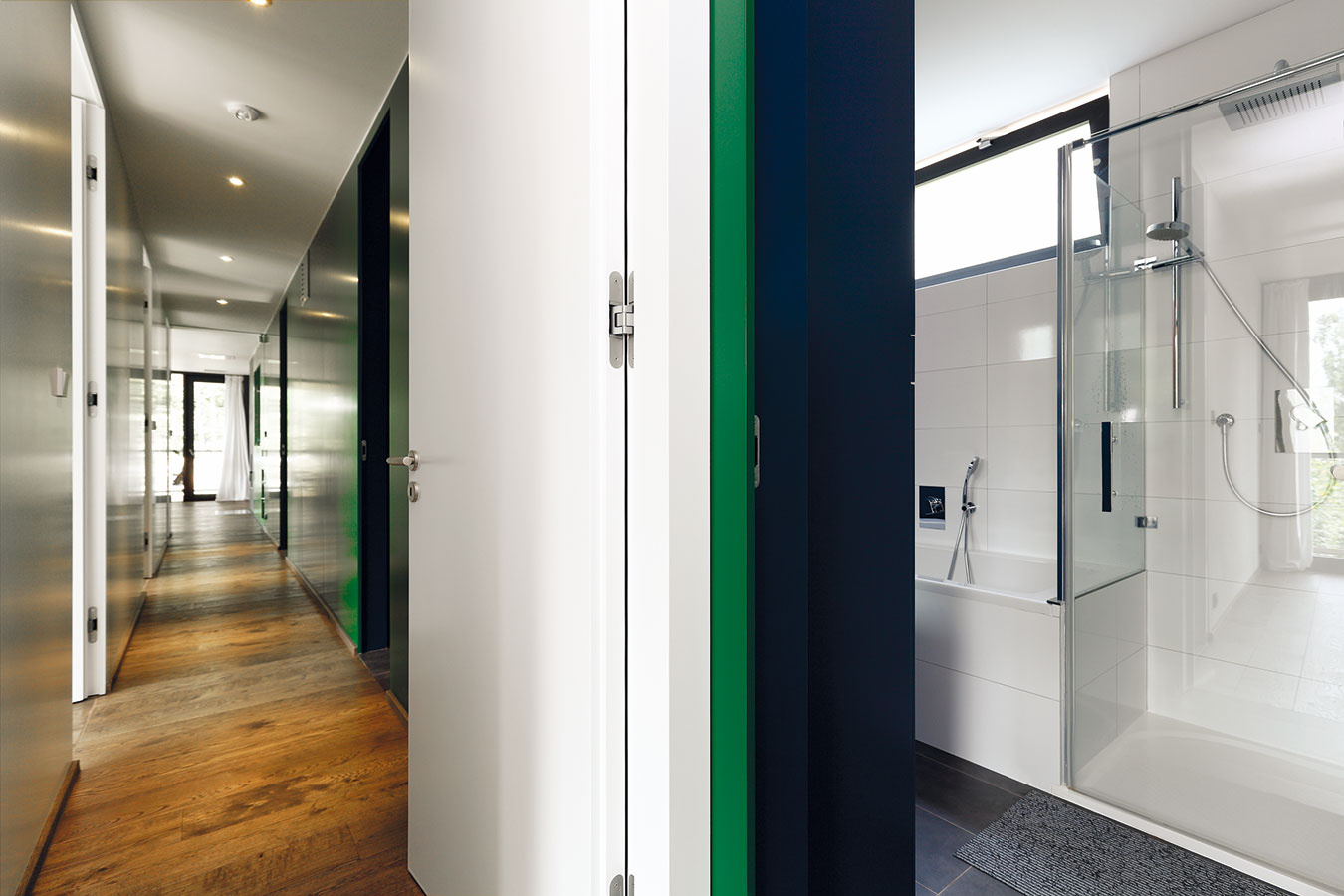 Celý interiér je riešený veľmi prakticky akompaktne – technickejšie zázemie sa nachádza vhmote bližšie ksvahu (chodba, kúpeľňa, miestnosť na vzduchotechniku, koniec-koncov ikuchyňa). Obytné aodpočinkové miestnosti nájdeme vpolovici vznášajúcej sa nad terénom (ztohto pohľadu vľavo).