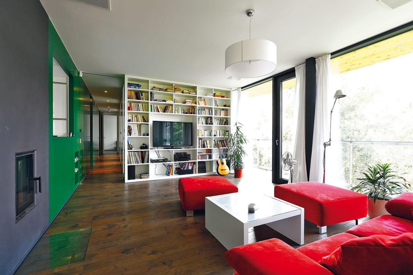 Interiér je zariadený relatívne skromne. Dominujú mu neutrálne tóny, výraznejším farebným akcentom je iba zelená stena ako téma, ktorá sa tiahne skoro celým domom, ačervená sedacia súprava vobývacej izbe.