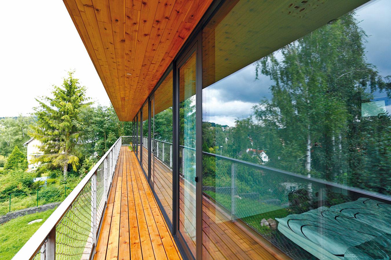 Vstup na terasu je možný zjedálne aj zostatných miestností, ktoré sa nachádzajú po jej dĺžke. Vďaka veľkoformátovému zaskleniu je dom svetlý, prirodzene prepojený sexteriérom, vktorom prevažuje upokojujúca zeleň.