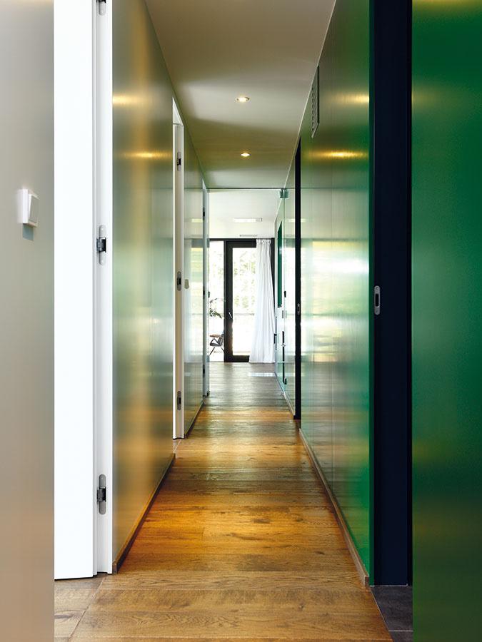 Sila vertikály. Majiteľ si želal vysoké dvere, vytiahnuté až kstropu. Zestetického hľadiska ide oveľmi efektné riešení.