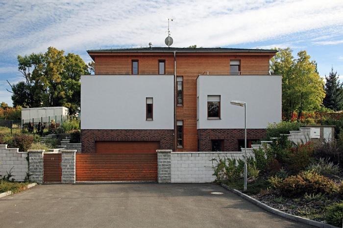 V suteréne je garáž na dve autá, technické zázemie domu a pracovňa s malou kuchynkou.
