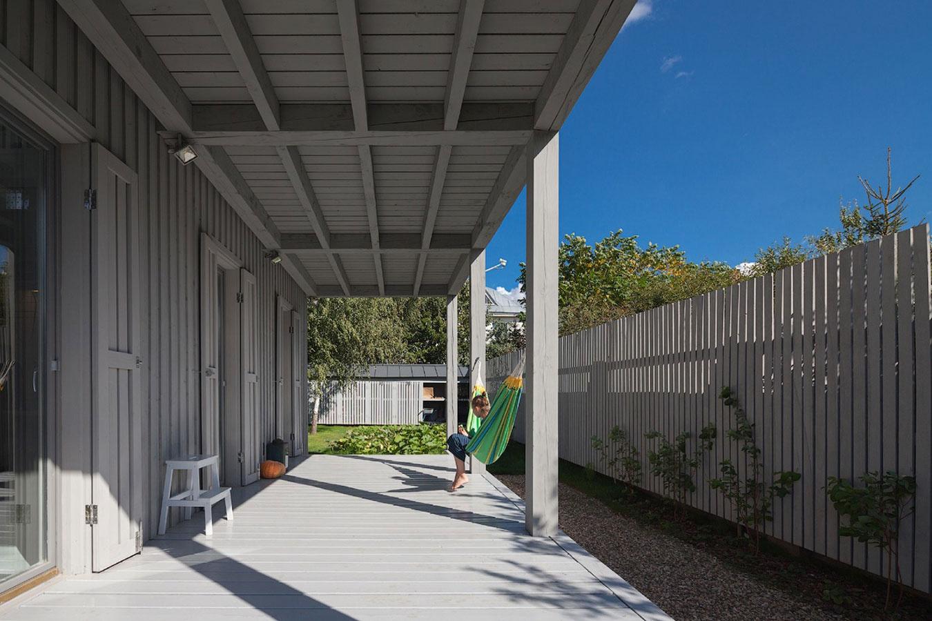 Architekt postavil jednoduchý drevodom pre svoju rodinu