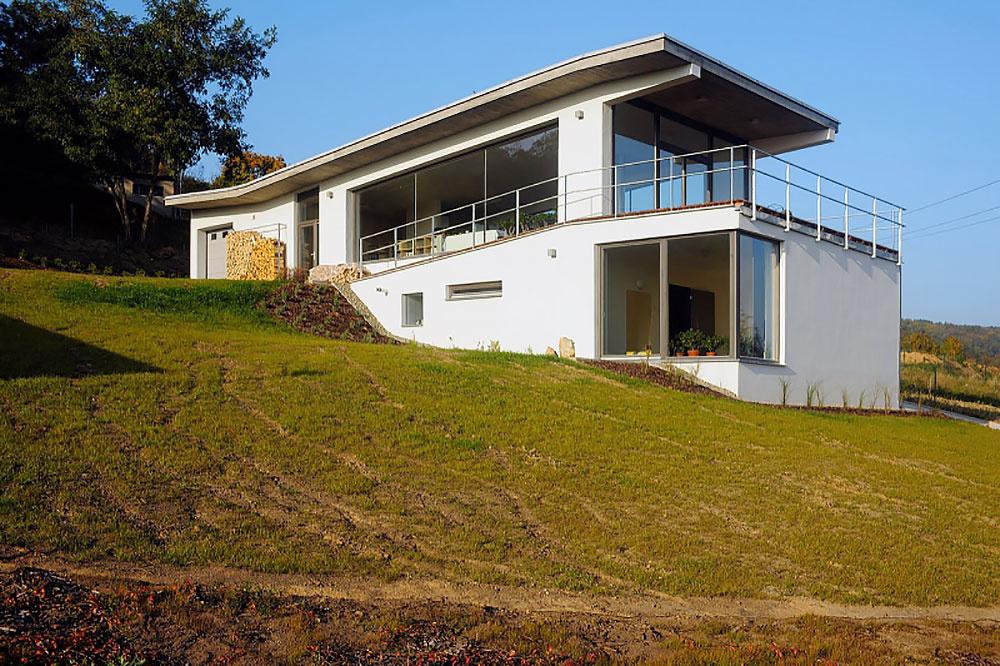 Zasklený dom vo svahu poskytuje majiteľke atmosféru plnú slnka a svetla