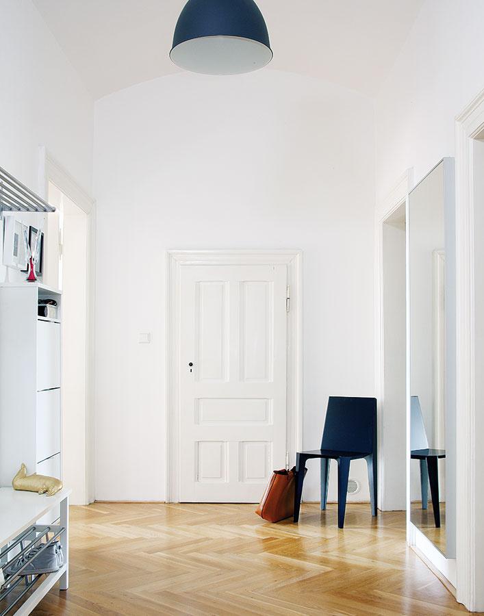 Dispozícia bytu je veľmi jednoduchá – zpriestrannej vstupnej chodby sa vchádza do všetkých štyroch miestností advoch kúpeľní. Obývačka adetská izba (obe sú priechodné) majú vďaka južnej orientácii dostatok svetla aslnka, na sever sú obrátené okná kuchyne aspálne.
