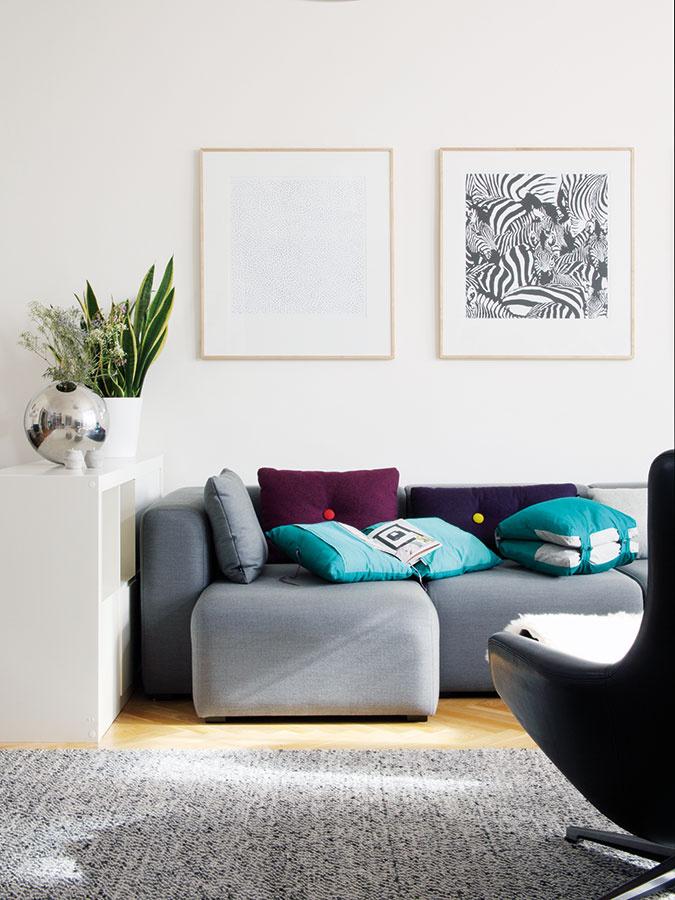 Kúzlo atmosféry vytvorili pozbierané doplnky azaujímavé dizajnové kúsky – viaceré pochádzajú zdielne dizajnérskeho štúdia Suprodesign, ktoré Mária Hostinová založila spoločne sJanou Růžičkovou vroku 2004.
